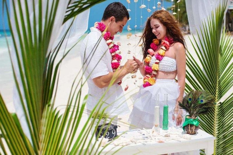 Свадьба в тропическом стиле - декор, наряд невесты